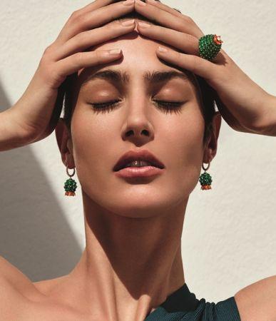 Cartier「Cactus de Cartier」全新系列以沙漠裡的仙人掌為主角,有著與眾不同的體態,要如何轉化為實體的珠寶呢?祖母綠、綠玉髓與紅玉髓組合出豐盈明豔的調性,作工也很有特色,以金屬為底座軸心,將一顆顆寶石串聯、塑型。