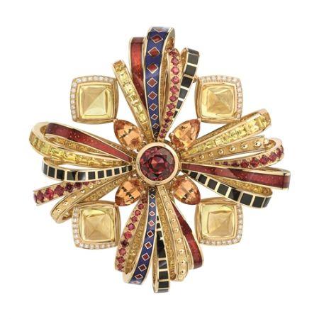 Chanel「Les Talismans de Chanel」頂級珠寶系列從拜占庭式的特質出發(是香奈兒女士向來喜愛的設計元素之一),創造出屬於自己的新圖騰,主要的三種幾何圖樣,其實都從幸運草而來。值得一提的是,除了日本養珠、藍寶石、多彩亮漆和琺瑯之外,Chanel 還把曾用在伊拉克宗教頭飾上的金屬鑿雕工藝,引入這批高級珠寶的製程裡頭。