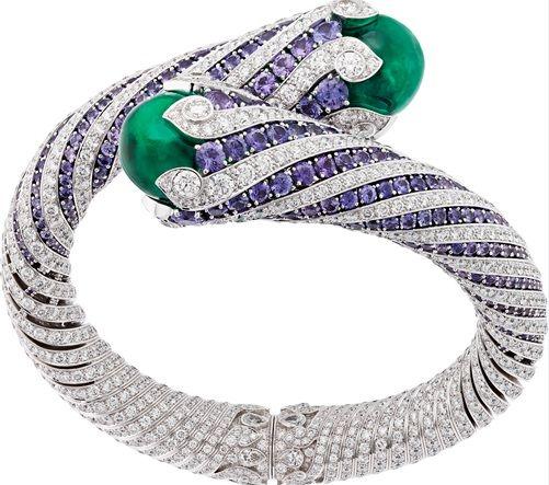Van Cleef & Arpels最新的頂級珠寶系列「Emeraude en Majeste」以饒富異國感的祖母綠寶石為主角。產地來自哥倫比亞、尚比亞等地區,不同產區、不同深淺結晶特徵的祖母綠,為具高度識別的品項如指間戒、轉換式珠寶等作品創造多樣風貌。