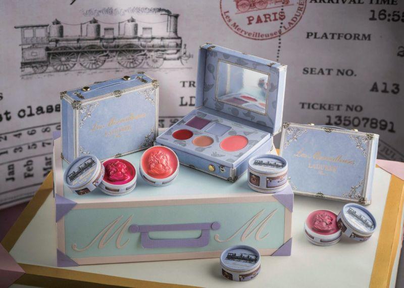 如同將喜愛的物品裝入行李箱出發去旅行一般,Les Merveilleuses Laduree火車之旅彩妝箱裡,特別裝入了眼彩霜、頰彩霜、口紅。