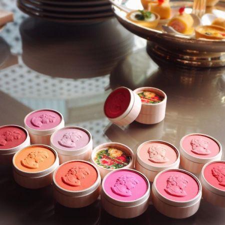 優雅的玫瑰圖案的外盒,華麗的7種顏色,將浮雕裝飾在表面的迷你浮飾仕女頰彩,讓人情不自禁想要拿在手上細細品味。