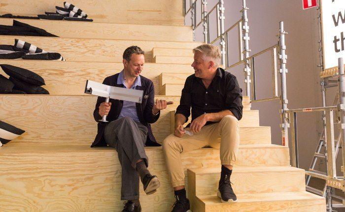 TomDixon手握沙發底座,預告將有聯名沙發系列登場