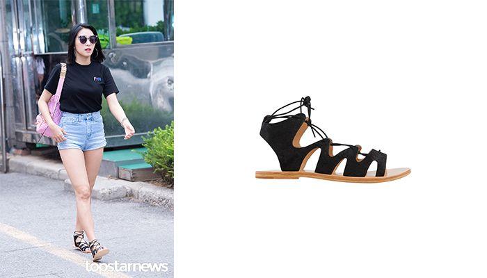 說到綁帶涼鞋,這雙麂皮綁帶涼鞋,也是寶拉私下最愛的穿搭鞋款,一件T恤配上短褲,又能展現個人獨特的風格。