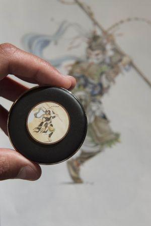 Jaeger-LeCoultre 積家錶琺瑯彩繪師 Yoan Descollonges:不論是東方或是西方的元素,很多都是我靈感的來源,我自己很喜歡孫悟空這個角色,我甚至還看了法文版的孫悟空,這次我還有帶來了我自己畫作的孫悟空(因為我聽說今年是中國的猴年) 。