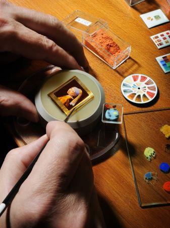 積家琺瑯微繪大師將西洋古典畫作細膩呈現於錶盤,此圖為維梅爾(Jan Vermeer)「 戴珍珠耳環的女孩」
