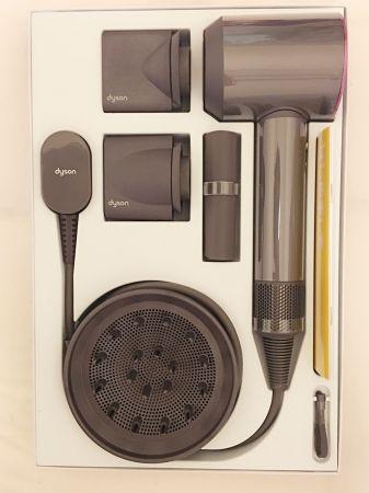 盒裝的夢幻機種dyson supersonic™,買來打開來,看了就會不自主開心的笑,經典銀白色及桃紅色吹風機,建議售價14,600元