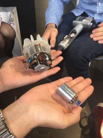 dyson supersonic™與一般的制式馬達比起來,不只大小有差,重量也差很多