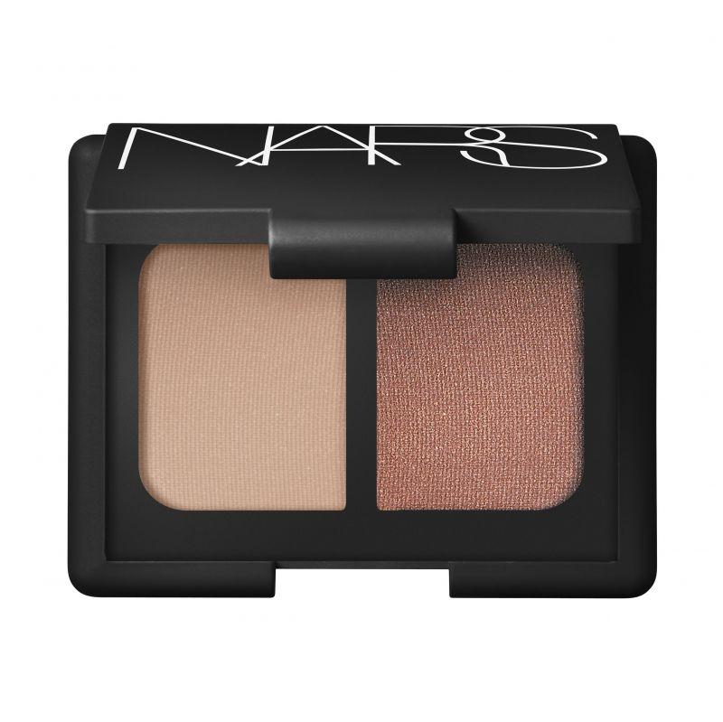 NARS 雙色眼影霧面粉膚及古銅玫瑰為適用於各種膚色的中性色調,單獨塗抹或多層疊擦都能展現不刻意的的低調性感,NT1,200。