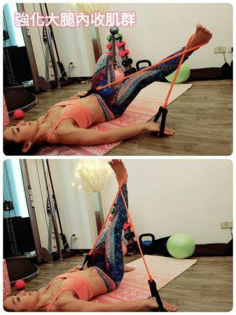 利用彈力繩訓練腿部內收肌群:躺下單腳屈膝,另一隻腳套上彈力帶抬高至與地面呈90度夾角,雙手固定彈力繩的兩端,進行大腿內收動作。單邊20次後換邊。