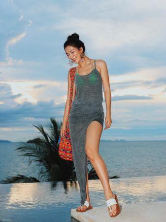 細肩帶/平口連身洋裝不用再為上下身搭配想破頭,一件連身套裝三秒立馬輕鬆出門,可以說是夏日的熱門穿搭,不論是圖騰或是素色款,微微露出的綁帶絕對令人過目不忘。