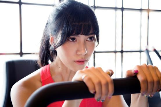 因為「大學生了沒」而闖出名氣的莫莉,兩年前因為朋友開了健身房,機緣巧合下她用運動改變自己,更用運動走出一度迷失的自己。