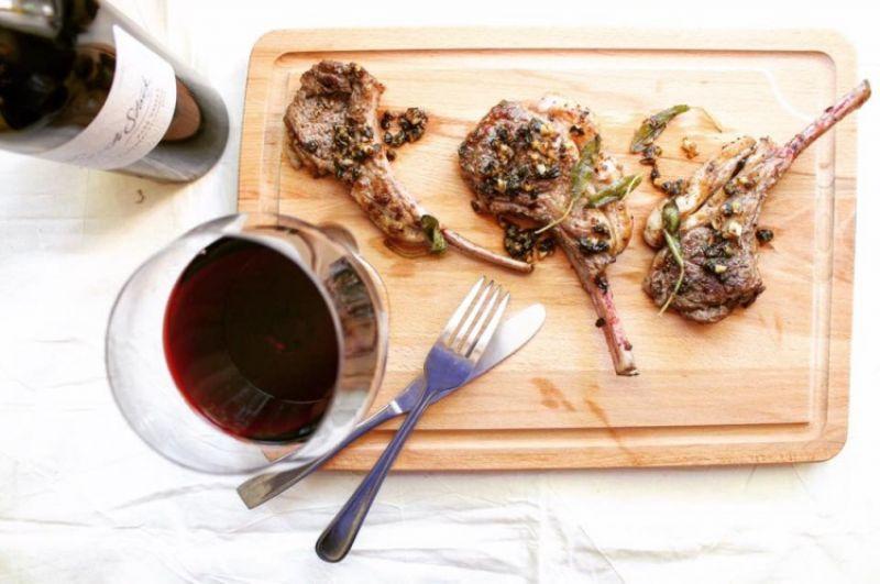 將煎好的羊排盛盤。再將大蒜末放入鍋中翻炒一分鐘後,把醬汁淋在羊排上即完成!喜歡的話也可以淋上檸檬汁再享用。
