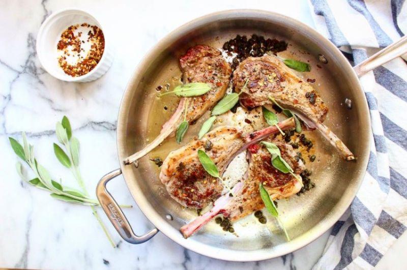 將炒料撥到鍋邊,羊排入鍋,先不要移動,也不要翻面讓羊排煎上色,大約3分鐘。3分鐘後將羊排翻面,加入鼠尾草和紅胡椒片。續煎羊排至喜歡的熟度,2分鐘後大約是五分熟。
