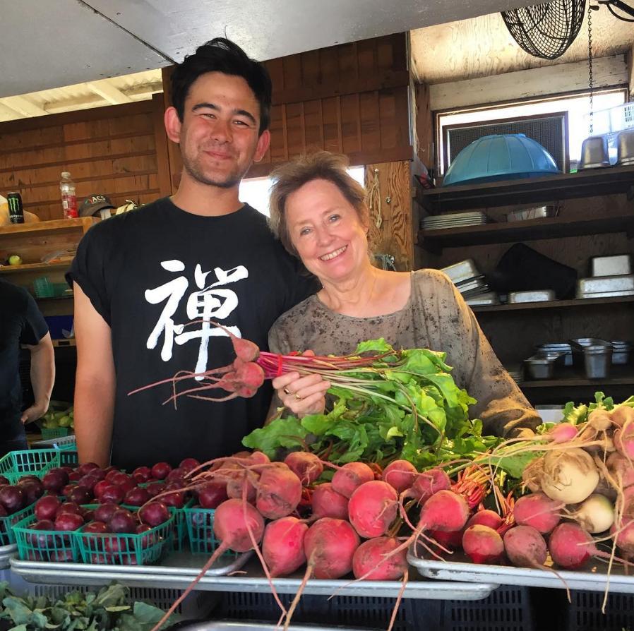California Fresh 加州在地飲食你不需要真的住在美國西岸才能獲得加州料理對健康帶來的好處,當地飲食消費趨勢專家 Phil Lempert 表示,一切的重點只在於享受當季、在地食物、講求簡單的料理方式,因此即使我們住在台灣一樣可以依循這樣的飲食原則。選擇那些來自農夫市集或當地農場;能夠抵抗疾病、富含營養、天然低卡的蔬菜水果,不但有益健康,也能夠獲得心靈滿足。「在地生長的食物不但滋味更好,營養含量也更豐富。」Frances Largeman-Roth 說,相反地,那些採摘後再跨國運送的食材,容易流失維他命 C 和葉酸,連風味也會大大流失。▲陷阱食物:Largeman-Roth 警告,若過度依賴高脂肪的乳酪為蔬食料理增添風味,對你的腰圍可是個威脅。