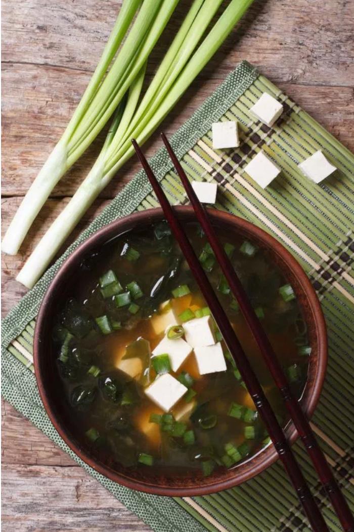 Japanese 日本料理當 Miller 環遊世界為她的著作做研究時,發現傳統日本料理非常有益健康,尤其是人們通常活過百歲的沖繩地區。「不只是因為沖繩盛產許多能夠抗癌的新鮮蔬果,而且他們也用非常健康的方式料理,例如清蒸或簡單快炒。」Miller 解釋。除此之外,他們貫徹八分飽原則,減少攝取過多熱量,這或許是為什麼日本人相較美國人比較不容易得到乳癌或大腸癌的原因。日本常見食材可是健康地驚人,富含抗氧化物的山藥與番薯、綠茶、十字花科蔬菜;鈣質豐富的小白菜或青江菜;充滿碘質以保護甲狀腺的海藻,含括鐵質、鉀、鋅、銅、葉酸等微量元素的香菇,以及全大豆食物。「天然的大豆才對健康有益,經過加工的素食假肉則沒有幫助。」Miller 說,可以試試看豆腐、毛豆、味噌、由發酵後的大豆製成的豆餅——天貝等。下次造訪日本料理時該怎麼選擇?試試加了海藻和豆腐的味噌湯,或者簡單的清炒蔬菜豆腐。▲陷阱食物:白米飯容易使血糖劇烈變化,所以不如來碗擁有燃脂效果的抗性澱粉 (Resistant starch) ——糙米飯吧!