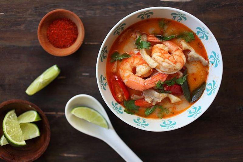 Thai 泰國料理喝湯就可以對抗癌症?如果是泰國人最愛的酸辣蝦湯——冬蔭功,那麼肯定可以!用蝦子、香菜、檸檬葉、南薑、以及其他常見泰式香草和香料煮製,研究發現這種湯品抑制惡性腫瘤的效果,較其他抗氧化物高出 100 倍。在發現泰國人消化道癌和其他癌症的發病率相較其他國低出許多後,泰國農業大學和日本京都、近畿大學的研究人員對冬蔭功湯所增強免疫力的效果開始感興趣。許多常見的泰式香料都能使人心情愉悅,薑能幫助消化、薑黃是絕佳的消炎食材,檸檬草則長久以來,一直是亞洲人治療感冒或舒緩腸胃的良方。▲陷阱食物:當你在外用餐時,盡量避免大量使用椰奶的湯品,因為內含過高的飽和式脂肪和熱量。