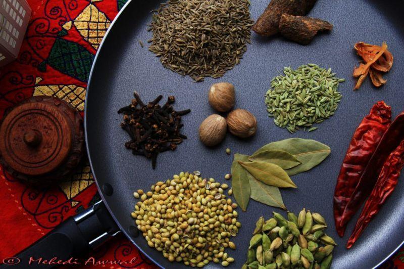 Indian 印度料理說到印度料理,你一定會聯想到各種香氣濃郁香料,像是薑黃、薑、紅辣椒,以及由小茴香、小荳蔻、黑胡椒、肉桂、香菜及其他香料混合製成的印度綜合香料 (garam masala)。這些獨特的香料不但讓咖哩更加豐富濃郁,還能對抗某些癌症。根據最近的研究,薑黃和薑有助於抵抗阿茲海默症。學者發現失智症在印度的發病率,較美國少了四倍,可能是因為當地人幾乎每天吃咖哩的緣故。薑黃,咖哩的主要食材之一,可能富有消炎和幫助療傷的特性,加州大學洛杉磯分校目前正對此進行研究。有益健康的印度料理食材還有優格與扁豆,其中扁豆可說是高纖與抗性澱粉雙冠王,含有大量的葉酸和鎂,能幫助穩定血糖;扁豆經常與印度香料做成名為 Dal 的豆泥糊副菜。「在印度餐廳裡,蔬菜咖哩搭配扁豆豆泥是你的絕佳選擇。」Largeman-Roth 說。▲陷阱食物:避免例如印度咖哩角等油炸物,以及用大量奶油和其他乳脂製成的濃厚咖哩。