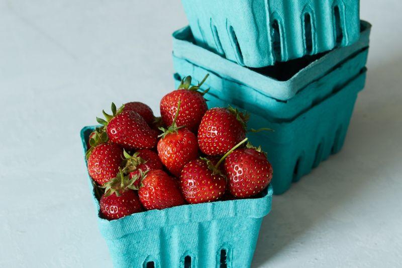 1. 別讓一顆老鼠屎壞了一鍋粥即使把整盒莓果湊到眼前檢查,仍然很容易遺漏一兩顆壞掉的莓果。一旦發現任何一顆發霉或壞掉的莓果,請立刻丟掉!黴菌擴散得很快,所以最好的方法就是在整盒莓果腐壞之前,揪出會壞了一鍋粥的元凶。2. 搞懂各種莓果該在何時清洗清洗這些漿果的時機,完全依照種類不同而定。有些一買回家就可以立刻清洗,只要確保有徹底風乾即可。另外有些特例,好比覆盆子,就最好等到吃之前再洗!可以參考了另一篇來自 Kitchn 的報導:— 需要先清洗再儲存的三種莓果:草莓、黑莓、桑椹及各種野莓這三種莓果的外皮夠結實,因此適合洗好再收進冰箱,也可以照著下面第三點的方法,使用溫熱水或醋水稍微浸泡再沖乾淨,可以保存得更久,不過記得一定要完全風乾再冷藏喔!如果你的莓果採自自家後院、陽台或野地,最好摘下後馬上洗淨以去除殘存的小昆蟲或泥土沙石。— 要吃之前再洗的三種莓果:覆盆子、藍莓、葡萄這三種莓果(你沒看錯,葡萄也屬於一種莓果)不需要先清洗再保存,像是覆盆子就特別脆弱,其皮薄容易吸入水份,因此清洗反而更容易發霉腐壞。而藍莓與葡萄本來就「內建」一層天然的果粉作為保護,因此要吃之前再洗就好啦!