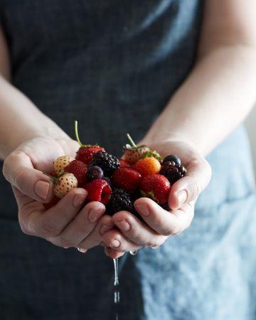 3. 善加利用熱水和醋清洗莓果時,不如試試看幫它們泡個熱水澡,也可以試試看稀釋後的白醋(三杯清水+一杯醋),這兩種方法都可以延後莓果腐壞的時間,使其保存得更久。FOOD52 這篇文章表示,雖然某些莓果保存的首要原則是—要吃之前再洗,但用熱水或醋水洗過,其實可以延長數天(甚至數週!)的保存期限