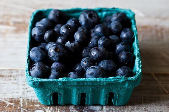 7. 認識莓果內建的天然保護機制你是否有注意到藍莓外面都有一層灰白黯淡、充滿蠟感的粉膜?不,那並不是農藥或其他殘留物,而是「果粉」,一種天然有機的保護膜,由藍莓自身所分泌,是為了保護其不受害蟲或細菌侵襲的天然屏障。而且,果粉其實是水果新鮮的象徵,不如就説它是「天然」的防腐劑吧!
