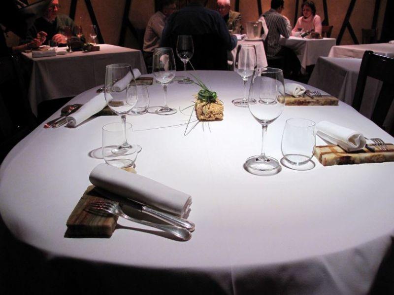 no-show 造成的種種困難我的餐廳在過去六個晚上以來,共有 39 個人訂了位卻沒出現。如果說這件事發生在有 80 多個座位的地方,可能比較不會被發現,但我這裡只有 24 個位子,所以這對我們來說是件大事,這等於我們失去了兩個晚上的營業收入啊!我們這種規模的餐廳,通常利潤都非常微薄,即使只被一桌四位的客人放了鴿子,當天收支能夠打平就已是萬幸了。我的員工都來了,食材也都叫貨了,都是為了今晚滿場做的準備。接著就在一瞬間!我以為可以賺錢的桌位就這麼沒了。當發現自己的餐廳只是客人多數選項中的一個,那還真是一大打擊。顧客不了解,他們對餐廳營運所造成的一連串影響。他們並不認為自己做錯了。