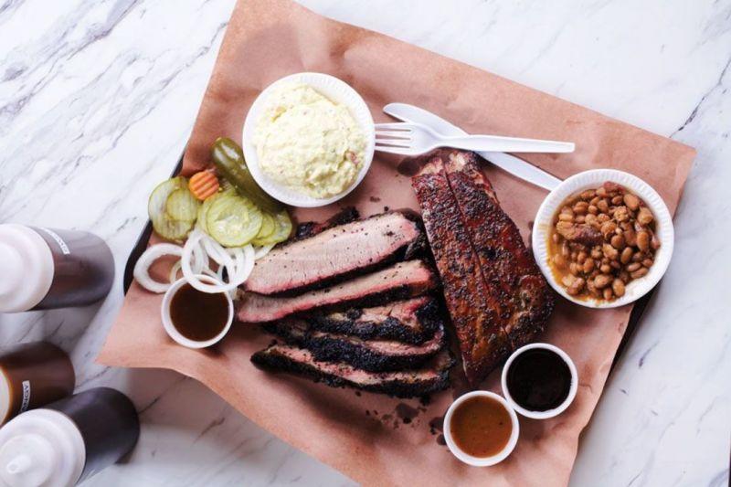 1. 提升對「肉質」的要求早期許多出名的烤肉攤,使用廉價肉品,因此一般人印象中的 BBQ 烤肉,總是價格便宜又親切。2014 年開張的 B's Cracklin' BBQ 反其道而行,Bryan Furman 採用本地飼養的全豬,以橡木和櫻桃木火烤 12 小時。Berkshire-Yorkshire 混種的豬肉,緊實的肥肉融於瘦肉,吃起來猶如奶油烤炙而成。