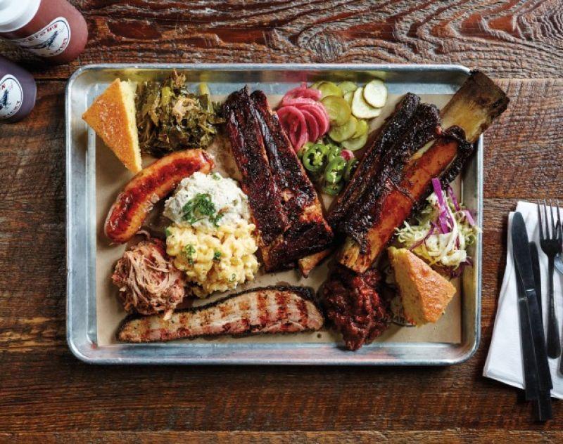 3. 高級餐飲 fine-dining 出身的廚人,紛紛投入 BBQ 行列BBQ 烤肉牛油聖安東尼奧的 Tim Rattray 主廚慢烤牛肉時,收集流下的油汁,過濾油脂後製成奶油,佐德州烤肉上桌。效法「牛排館」烹調方式聽到德州的 Killen's Barbecue,牛胸肉烤好後先靜置 5 小時,很多人都驚訝不已。「一般來說,肉烤好之後,就直接切片了」Killen 說,但為了讓烤肉更「juicy」多汁,他採用烤肋眼牛排的方式,靜置 brisket 胸肉。