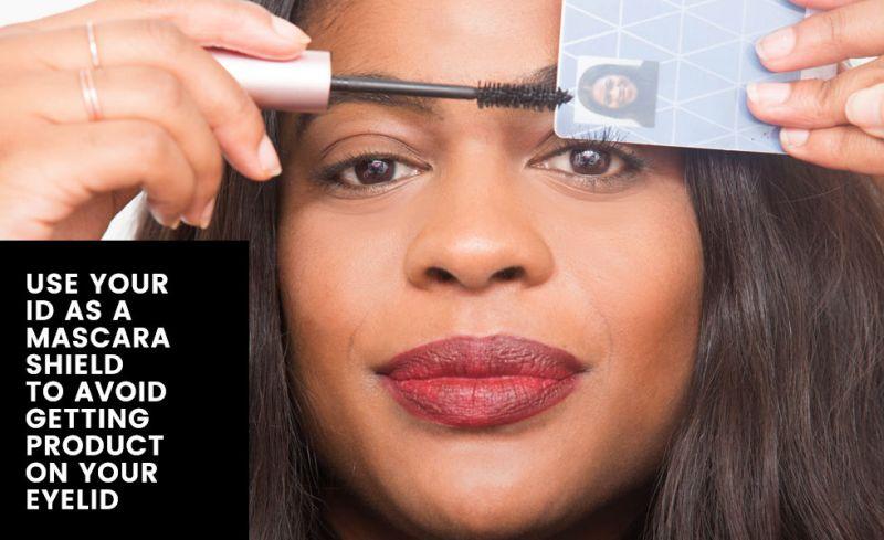 用卡片輔助刷好漂亮睫毛刷睫毛最惱人的就是一個用力就把睫毛膏刷到眼皮上了,為了避免這樣的狀況,妳可以拿出隨身攜帶的提款卡或員工卡,擋在睫毛與眼皮之間,然後盡情刷吧!至少刷太用力睫毛膏是沾在卡片上而不是眼皮,待刷完後用衛生紙清潔一下卡片即可!