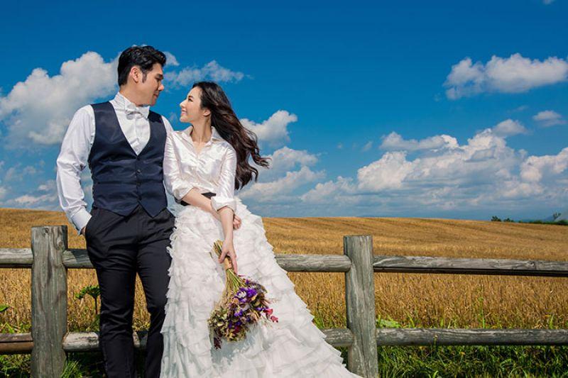 時裝風格有別於大多禮服性感露肩的設計,這套以法國真絲頂級面料結合男裝襯衫利落的線條作為上半身造型,相當讓人眼睛為之一亮,搭配雲霧般的荷葉紗裙,既俐落又不失浪漫手工訂製服價格:$ 168,000