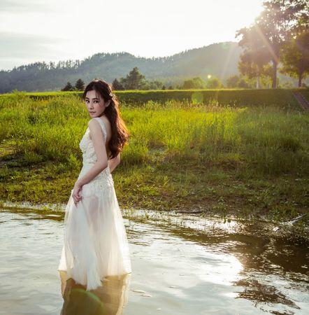 仙女嫁衣運用透膚的法國古典蕾絲打造,在陽光下有種若隱若現的性感手工訂製服價格:$ 116,800