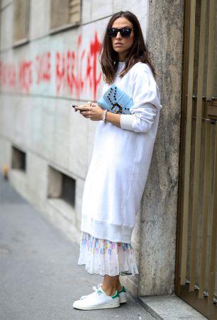 長板棉質運動上衣再加上內搭長裙,又隨性又充滿個性。