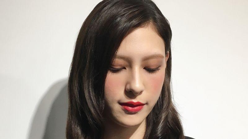 Tip 1 紅色X大地色眼影是絕配:咖啡紅打底,再刷上紅色眼影,創造漸層感。