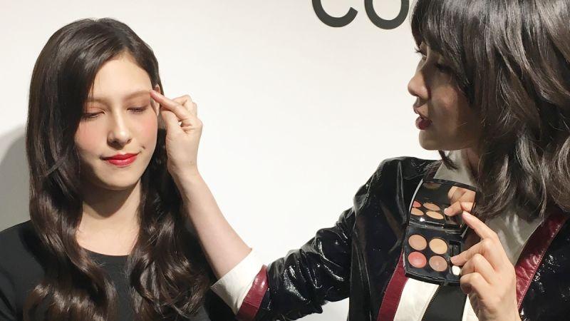 Tip 2 眉毛也要帶紅感:運用「咖啡紅」眼影輕刷在眉毛,讓全臉色彩一致。