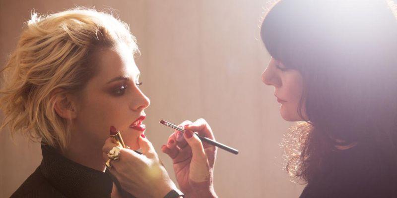 Lucia Pica親手為代言人克莉絲汀·史都華(Kristen Stewart)畫上紅色妝。