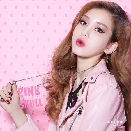 用粉色妝感帶出時髦龐克感。