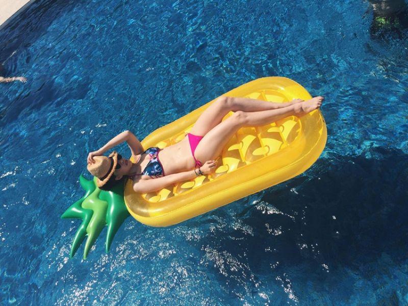 夏日派對必備泳圈→造型游泳圈從去年開始就是玩水必備夥伴,穿上比基尼躺在可愛的紅鶴或彩虹獨腳馬泳圈上,絕對是你今年夏天去海邊必打卡的照片!