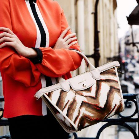 以毛草點綴的經典Le Pliage Heritage Luxe包款,可為單調的秋冬帶來一些活力。