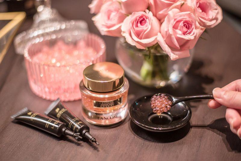 蘭蔻首創微米精油安瓶面膜,使用時先取出粉紅色的黑鑽珍珠膠囊,再與內附的無限抗老安瓶混和攪拌。