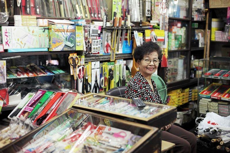 「金連發五金行」已邁入70年,歐媽媽依然日日妝乎水水顧店,閒來看劇也看鄰居遊客,想遊玩就關店休息,這便是台南的生活況味。