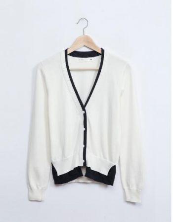 如果你想更加正式穿搭,建議外罩一件薄料亮色系開襟針織外套,整身搭配完整度更高喲!