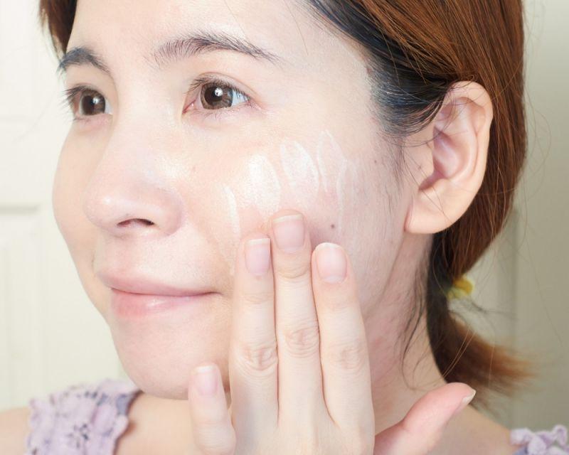 最大的特色就是在於「皮脂吸附粉末」,可將油光瞬間鎖住、抑止蔓延,並結合「隔離皮脂包覆技術」,防止粉底混入、沾染皮脂,維持底妝的完美。