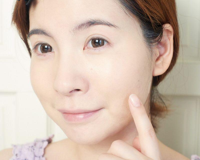 擦起來不會改變膚色,但比使用前的膚色看起來更加明亮透感,更可以加乘後續的底妝。