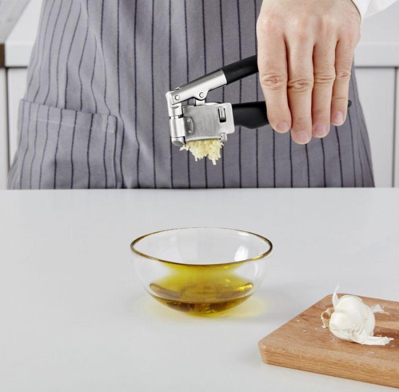 醃肉不可或缺的大蒜壓泥器,能夠輕鬆將大蒜壓成泥狀,,不沾手又好清洗,開壓泥槽側邊能夠打開,容易清洗。特殊握把設計,更加好握。IKEA 365+ VÄRDEFULL 大蒜壓泥器, 黑色 NT249
