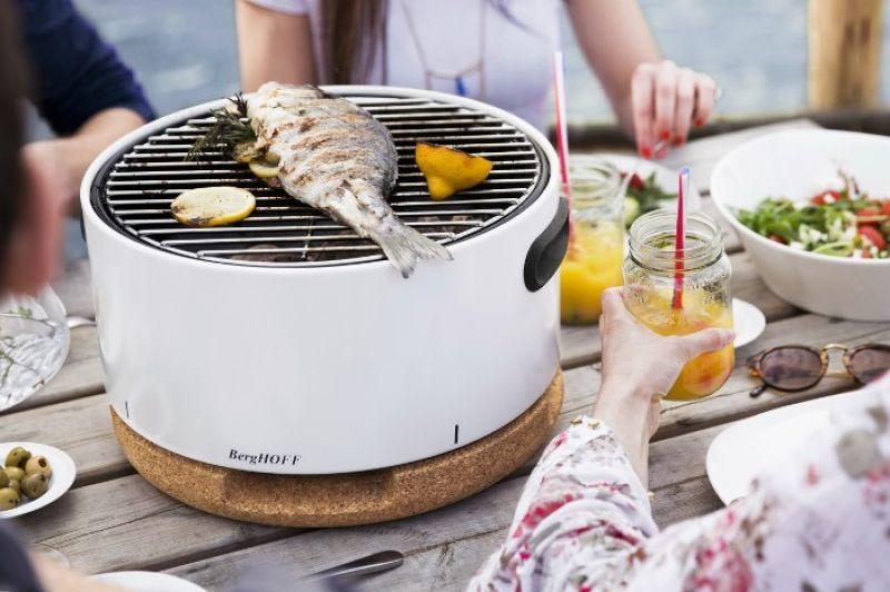 比利時BergHOFF風尚烤爐,不只有實用的烤肉特性,大小能夠直接上餐桌,左右兩側凹槽把手設計也很好移動,重量才5kg,並且附上肩背帶,可以背著上山下海,可比擬移動式迷你廚房。BBQ攜帶式烤肉爐(黑白兩色) NT9800