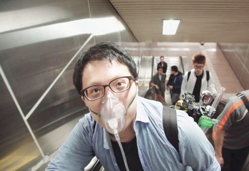 在台北生活的僑生阿山,拒絕呼吸未淨化的空氣,永遠隨身攜帶小型氧氣筒。導演以輕快有趣的劇情片方式,帶出一般台灣民眾對空汙的無知與漠視。劇照/《空氣男孩》,莊知耕。