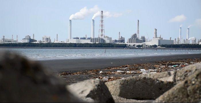季節一轉換,冬天強勁的東北季風,將六輕排放的汙染源吹往整個雲林縣,漸次飄散至鄰近縣市。劇照/《三審》,何郁琦。