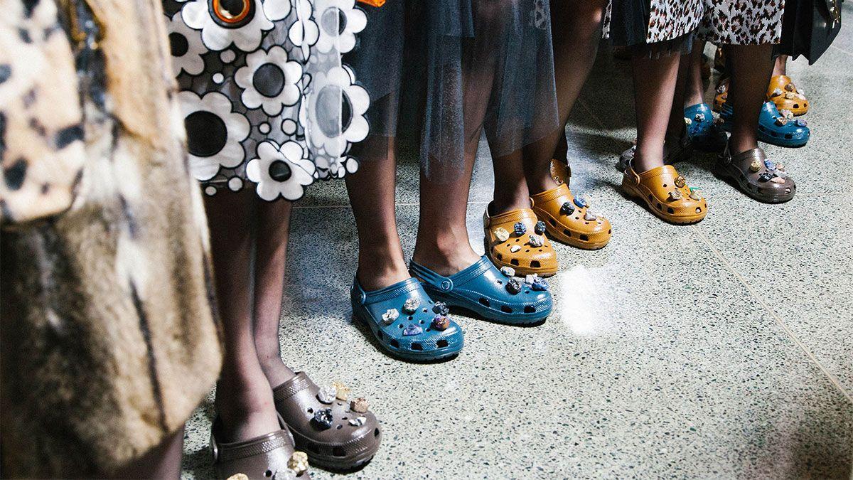 【倫敦時裝週】布希鞋登上秀台!Christopher Kane:「有些人認為它很醜,但我愛它天真而樸拙的樣子」