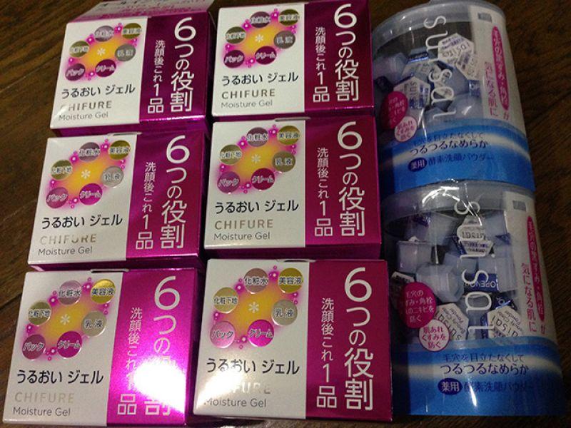 TOP4KANEBO出品的SUISAI酵素洗臉粉,也受到很多女生喜歡,一次用量採一小顆的分開包裝,能保持清潔衛生並攜帶方便。洗完了再擦上旁邊的那一瓶CHIFURE六合一多功能保濕膠,化妝水、美容液、乳液、乳霜、面膜、甚至妝前霜都一起搞定了。
