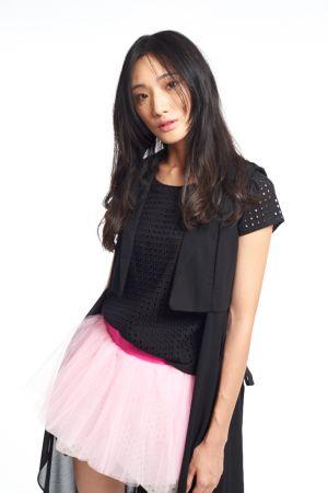 Style:摩登感黑天鵝黑白配,絕對是時尚流行潮流中,不敗穿著守則之一!對於不想思考太多的你,黑白色系對比色塊組合,輕鬆將時髦穿上身。