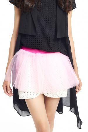 模特兒身上黑色長擺紗西裝領背心與內搭鏤空織紋黑圓領衫,面料的輕盈層次,雖然是黑疊黑卻不沈重。亦或是下身這條雷射網眼短裙,賦予運動一股時尚氛圍。